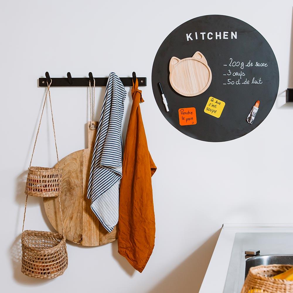 tableau magnétique mural en forme de rond dans cuisine